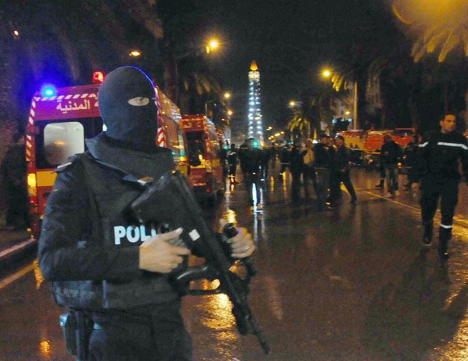 A proximité du site de l'attentat contre un bus de la sécurité présidentielle dans le centre de Tunis, le mardi 24 novembre. Au moins douze personnes ont été tuées.