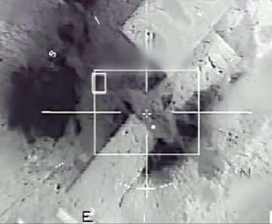 Image d'une frappe d'un Mirage 2000 contre une position de l'Etat islamique à Rakka, en Syrie, fournie par l'armée française, le 23 novembre 2015.
