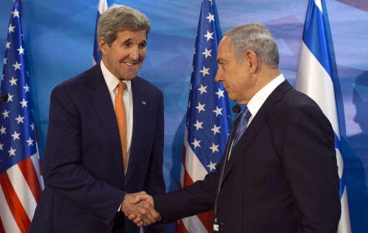 Le secrétaire d'Etat américain John Kerry (à gauche) rencontrait le premier ministre israélien Benyamin Nétanyahou, mardi 24 novembre.