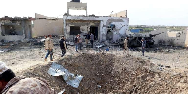 Le cratère laissé par une explosion à Khoms, entre les villes de Tripoli et Misrata, le 24 novembre.