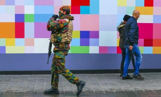 Un soldat belge patrouille dans les rues de Bruxelles, le 24novembre.