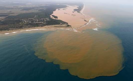Une vue aérienne de Rio Doce, qui a été recouvert par la boue, à un endroit où larivièr rejoint la mer, sur la côté d'Espirito Santo le 23 novembre 2015.