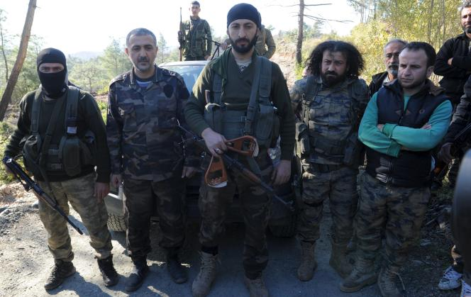 Alpaslan Celik, le commandant d'une brigade Turkmène de Syrie tient entre ses mains les restes d'un des parachutes des pilotes russes touchés le 24 novembre.