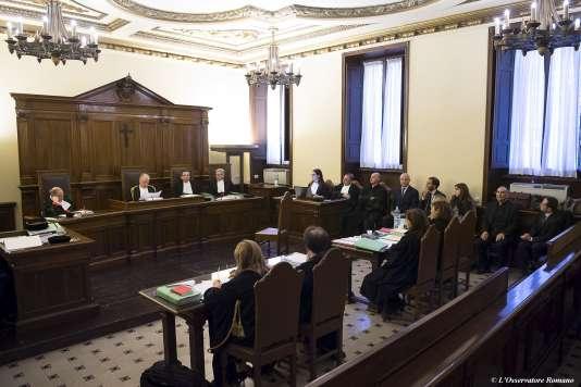 Au tribunal du Vatican, premier jour d'audience, mardi 24 novembre, pour Gianluigi Nuzzi et Emiliano Fittipaldi (sur la rangée du fond à droite, quatrième et cinquième en partant de la gauche).