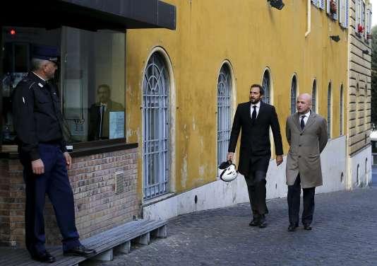 Les deux journalistes italiens, Gianluigi Nuzzi (à droite) and Emiliano Fittipaldi (à gauche) sont jugés depuis le 24 novembre, avec trois autres personnes, pour « vol et divulgation d'informations confidentielles » devant le tribunal du Vatican.