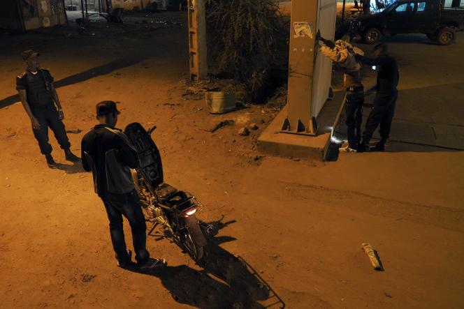 A Bamako, le 23 novembre. Ronde de nuit dans la ville avec les policiers de la brigade anticriminalité.