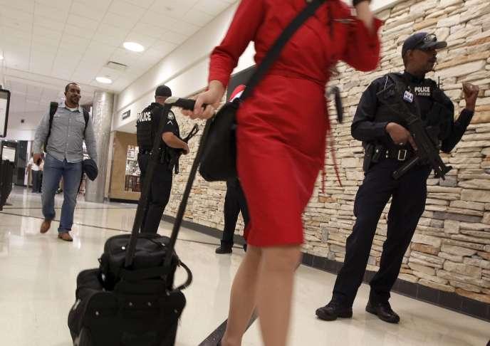 Des policiers armés dans l'aéroport international d'Atlanta aux Etats-Unis le 17 novembre 2015.