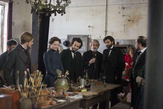 Sur le tournage  du «Jeune Karl Marx»,  avec Stefan Konarske dans le rôle  de Friedrich Engels  (à gauche), Vicky Krieps  dans celui de Jenny Marx, August Diehl  dans celui de Karl Marx  (au centre, tête penchée)  et Olivier Gourmet  dans celui de Pierre-Joseph Proudhon  (à droite, derrière  le pilier).
