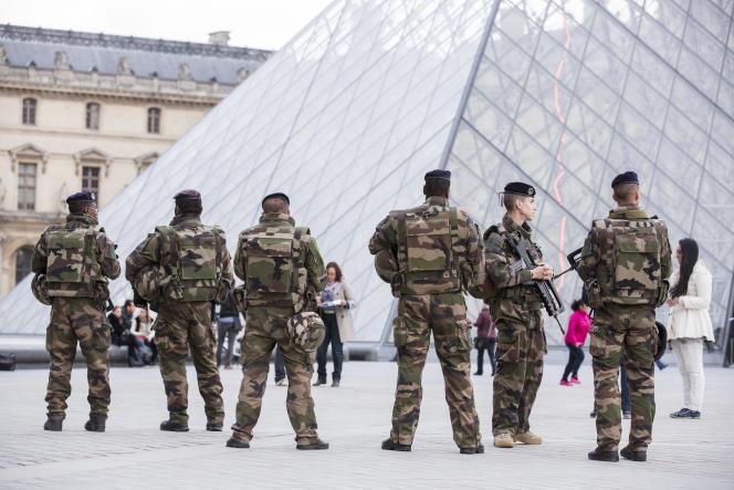 Des militaires en faction devant la Pyramide du Musée du Louvre à Paris, le 16 novembre 2015.