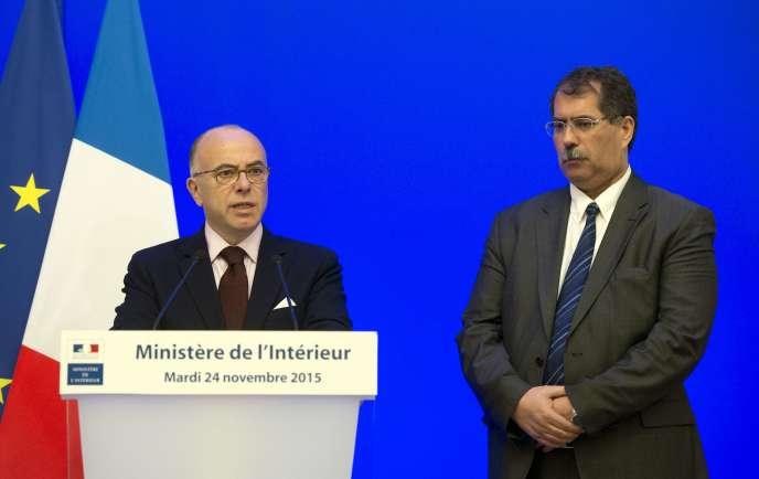 Le ministre de l'intérieur Bernard Cazeneuve à côté de Anouar Kbibeche, le président du Conseil français du culte musulman  (CFCM), lors d'une conférence de presse commune, le 24 novembre.