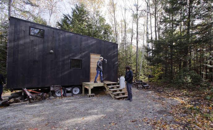 Un couple originaire de Pittsburgh devant la micromaison qu'ils ont louée pour un week-end à Croydon (New Hampshire).