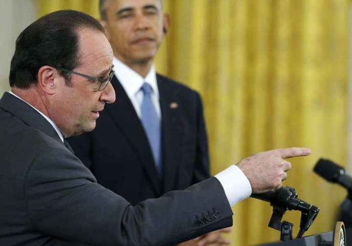 «Sous Obama, contrairement à Bush, la pratique des éliminations ciblées a été largement transférée au Pentagone, alors que la plupart des drones armés appartenaient en 2001 à la CIA» (Photo: François Hollande et Barack Obama, le 24 novembre 2015).