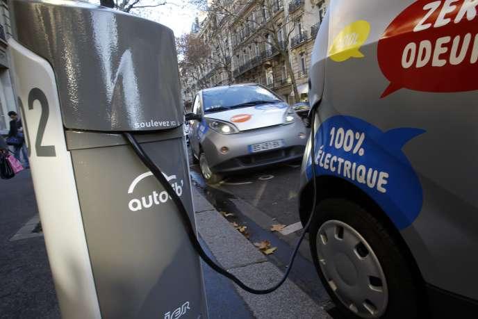 Un des intérêts majeurs de l'électricité est de n'être qu'un vecteur d'énergie. Autant le moteur thermique est pieds et poings liés aux carburants fossiles, autant le véhicule électrique est à même de s'adapter à n'importe quel type d'énergie primaire susceptible de se muer en électricité.