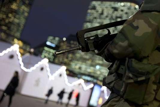 Patrouille militaire devant le marché de Noël de la Défense.