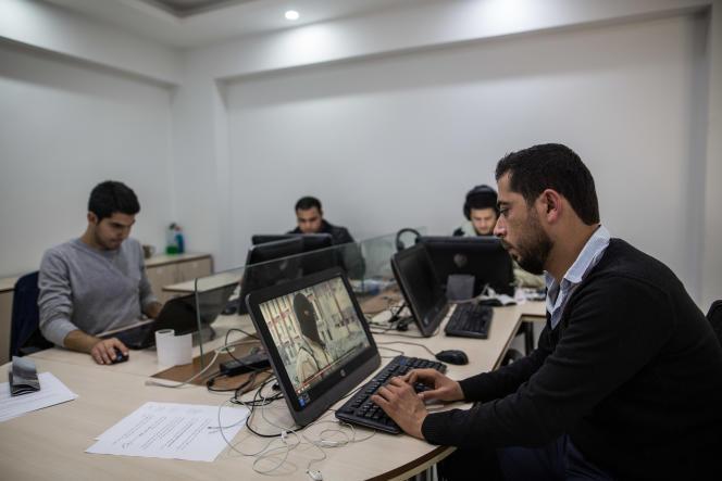 Hazem Hussein (à droite),  journaliste pour la radio syrienne Hawa Smart, basée  à Gaziantep, le 22 novembre.