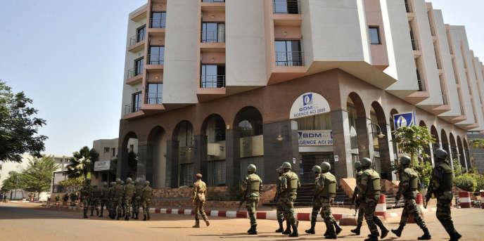 Sodats maliens patrouillant l'hôtel Radisson Blu, victime d'une attaque terroriste vendredi  20 novembre qui causa la mort de 22 personnes.
