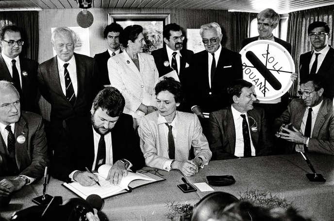 Signature de l'accord de Schengen, le 14 juin 1985. Assis de gauche à droite :  le Néerlandais Willem Frederik van Eekelen, le Luxembourgeois Robert Goebbels, la Française Catherine Lalumière, l'Allemand de l'Ouest Waldemar Schreckenberger et le Belge Paul De Keersmaeker.