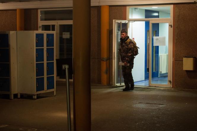 Prolongation de l'état d'urgence en France: mesure suffisante pour renforcer la sécurité ou atteinte à l'Etat de droit, la question divise la société (Photo: Un militaire au collège des Trois Frontières à Hegenheim, dans le Haut-Rhin).
