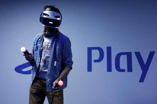 Un utilisateur de casque PlayStation VR lors d'un essai sur un salon public.