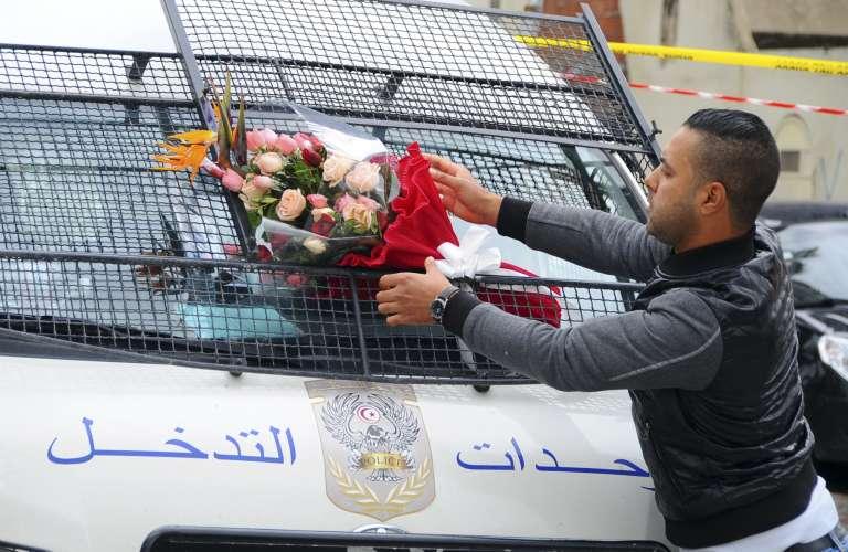Un camion de police décoré de fleurs à proximité du lieu de l'attentat de mercredi 25 novembre.
