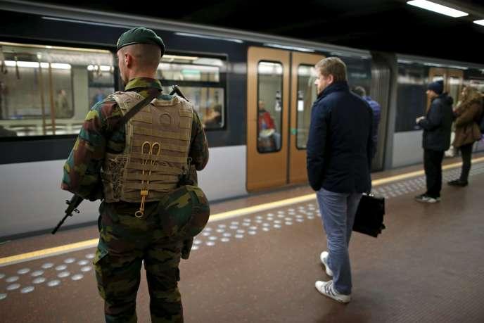 De nombreux policiers et militaires étaient déployés mardi 25 novembre sur les quais et dans les couloirs du métro bruxellois.