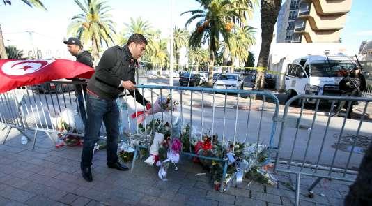 Dépôt de fleurs à Tunis, après l'attentat du 25 novembre