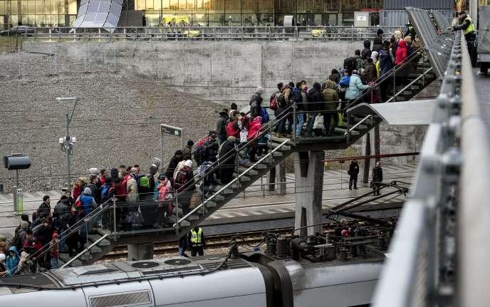 Des réfugiés arrivant dans la gare d'Hyllie, à Malmö, dans le sud de la Suède, le 19novembre.