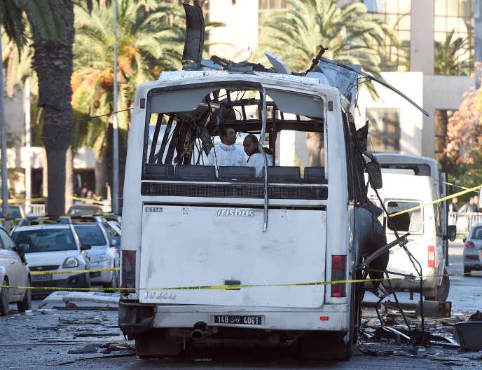 Le bus de la garde présidentielle, visé par un attentat, mardi 25 novembre à Tunis.
