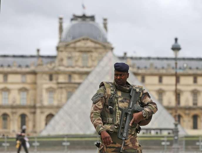 Un soldat en faction devant la Pyramide du Louvre à Paris en novembre 2015.