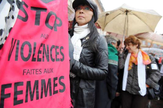 Des femmes se réunissent, le 25 novembre 2008 place du Capitole à Toulouse, pour dénnocer les violences faites aux femmes dans le cadre de la journée internationale pour l'élimination de la violence faite aux femmes. Le collectif national des droits des femmes (CNDF) a appelé à un rassemblement près de l'Assemblée nationale le 25 novembre pour soutenir sa proposition de loi cadre contre les violences faites aux femmes, a annoncé le 24 novembre le collectif dans un communiqué. AFP PHOTO / REMY GABALDA / AFP / REMY GABALDA