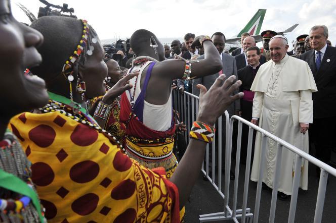 Le pape François face à des Massaï à son arrivée à l'aéroport de Nairobi, le 25 novembre 2015.