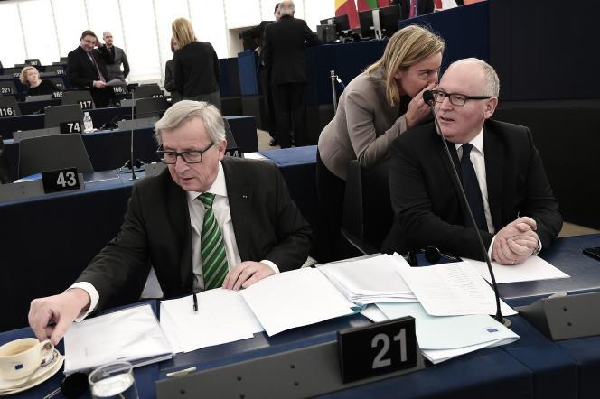 Le vice-président de la Commission, Frans Timmermans (à droite), aux côtés de la chef de la diplomatie européenne, Federica Mogherini, et du président de la Commission, Jean-Claude Juncker, le 25 novembre à Strasbourg.