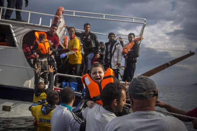 Des migrants en provenance de Turquie débarquent sur l'île grecque de Lesbos, le 25 novembre.