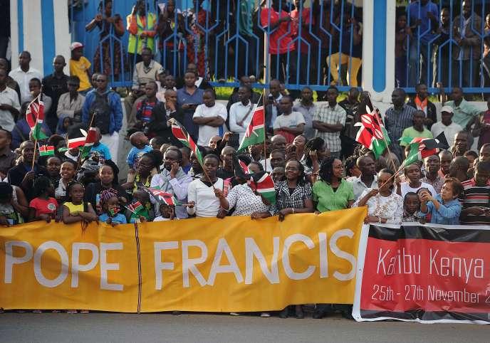 Une foule de Kenyans attend le Pape Francis à Nairobi le 25 novembre 2015.