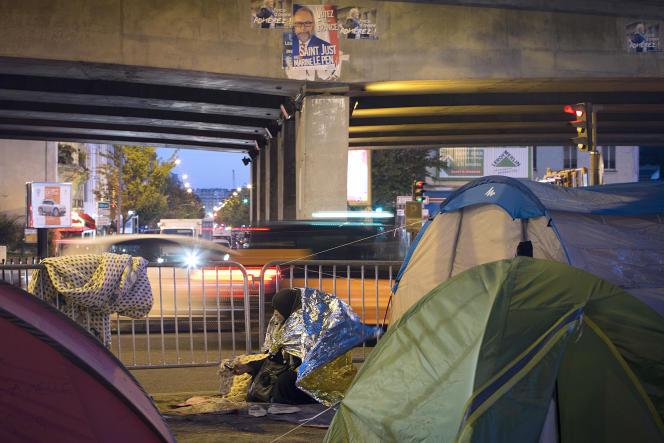Des tentes accueillant dans réfugiés Syriens à Porte de Saint-Ouen à Paris le 2 octobre 2015.