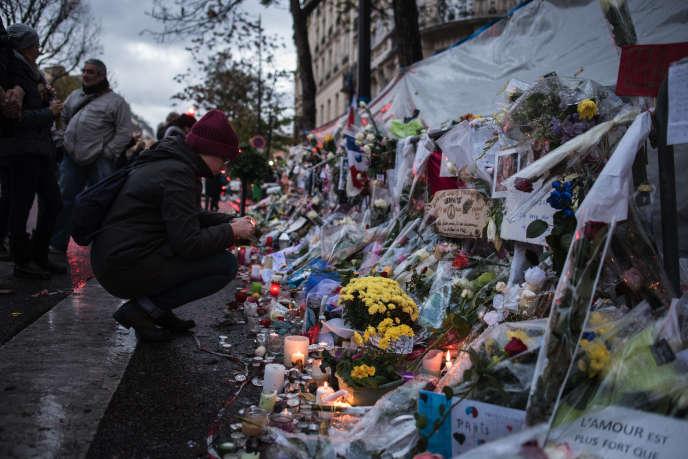 « Quelques jours seulement après les cérémonies marquant la clôture du centenaire de la Grande Guerre, les Français ont abordé le troisième anniversaire de l'attentat du 13 novembre 2015, au Bataclan, à Paris, qui a fait 130 morts et plusieurs centaines de blessés.»
