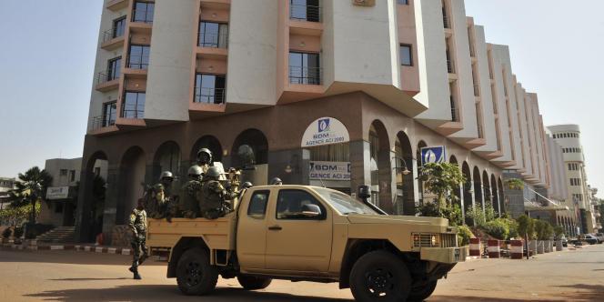 Militaires maliens patrouillant devant le Radisson Blu Hôtel de Bamako, le 21 novembre 2015.