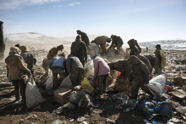Oulan-Bator, Mongolie, mars 2011. C'est souvent à la décharge publique que les migrants climatiques trouvent  leur premier travail dans la capitale. Ils ramassent des morceaux de ferraille qu'ils revendent. La population d'Oulan-Bator a doublé en vingt ans, les nouveaux habitants s'installant dans  les bidonvilles. Peu éduqués, les éleveurs contraints de quitter leurs terres sont confrontés au chômage et à la misère.