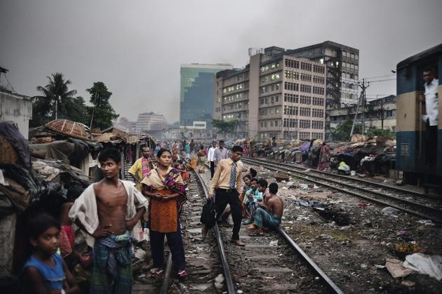 Dacca, Bangladesh, avril 2011. Le bidonville de Kawran Bazar. Plus de 300 000 personnes affluent chaque année vers Dacca, considéré comme la ville ayant la croissance la plus rapide au monde. Elle compte 15 millions d'habitants et sa population devrait atteindre 50 millions en 2050.