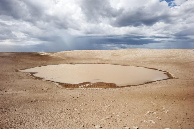 Comté de Turkana, Kenya, octobre 2013. Cette source d'eau potable était la seule pour les milliers d'habitants du nord-ouest du pays, elle est asséchée. Turkana est la plus grande zone désertique du Kenya. Elle a été touchée par les plus graves sécheresses depuis soixante ans. Les rares pluies provoquent des affrontements entre les tribus pour le contrôle de l'eau et des pâturages.