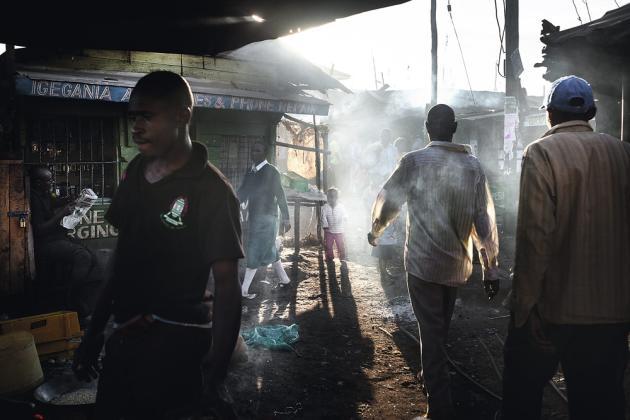 Nairobi, Kenya, octobre 2013. Le bidonville de Kibera accueille un grand nombre de migrants climatiques. Selon les Nations unies, la part de ces déplacés dans la population de la capitale est passée de 26 à 74 % en vingt ans.