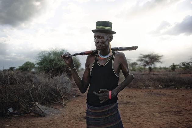 Comté de Turkana, Kenya, octobre 2013. Loduung Elimlin, 50 ans. Ce berger a dû se battre plusieurs fois contre la tribu voisine des Pokot pour obtenir le contrôle des rares zones de pâturage et des réserves d'eau. Il a perdu deux doigts dans ces affrontements.