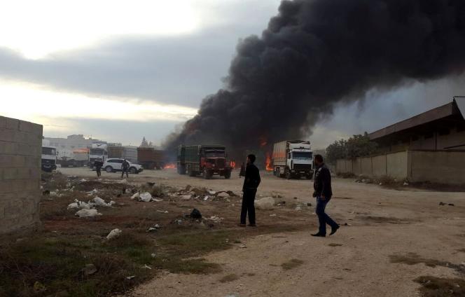 Véhicules en feu à Azaz, au nord-ouest d'Alep, après un bombardement des forces aériennes russes, le 25 novembre.