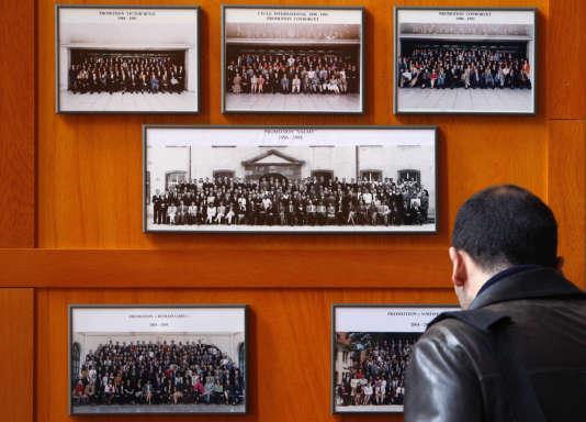 Un étudiant de l'ENA regarde les photos des promotions précédentes dans le hallde l'école à Strasbourg.