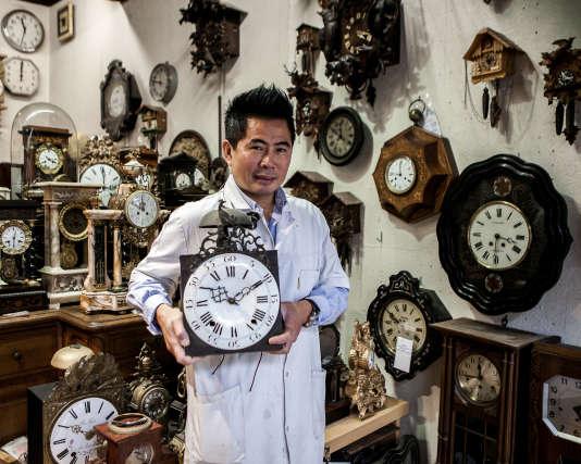 Si la question du temps en économie est importante, c'est aussi qu'elle est liée à la valorisation de la production domestique. Une opération fondamentale. En 2009 déjà, le rapport Stiglitz soulignait qu'en période de crise on peut produire moins en termes économiques mais faire plus de production domestique (Photo: Rathipanya Soukphafay, horloger à Dijon).