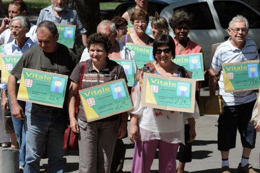 Des patients du village de Bélesta en Ariège manifestent devant la mairie du village voisin de Villebrumier contre le manque de généralistes dans la région, en juillet 2010.
