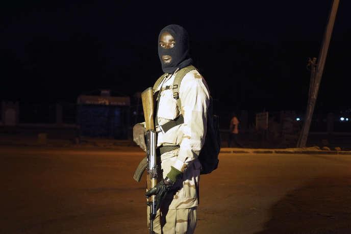 Bamako, le 24 novembre 2015. La Garde Nationale du Mali fait des contrôles de véhicules dans les rues de la capitale.