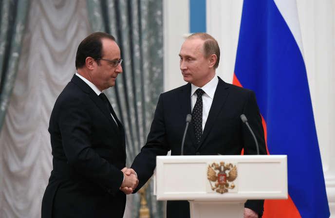 Vladimir Poutine (droite) serre la main de François Hollande, le 26 novembre 2015 à Moscou, Russie