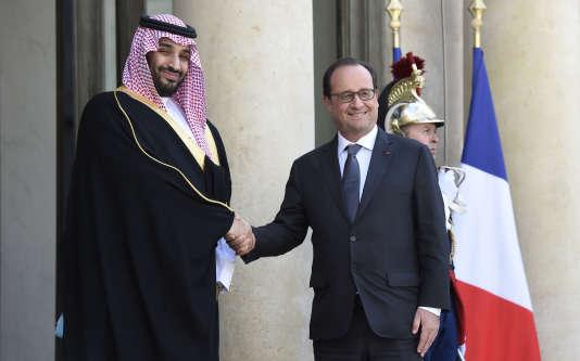 Le président français François Hollande accueille le ministre saoudien de la Défense Mohammed bin Salman bin Abdul Aziz Al-Saud à l'Elysée à Paris, le 24 Juin 2015.