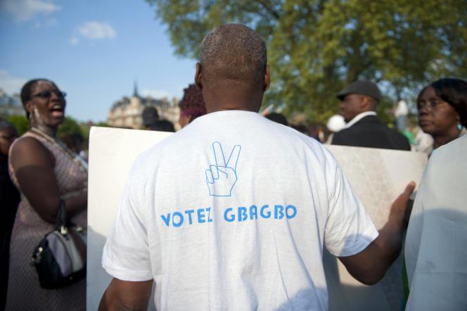 Des partisans de Laurent Gbagbo manifestent à Paris en 2011.